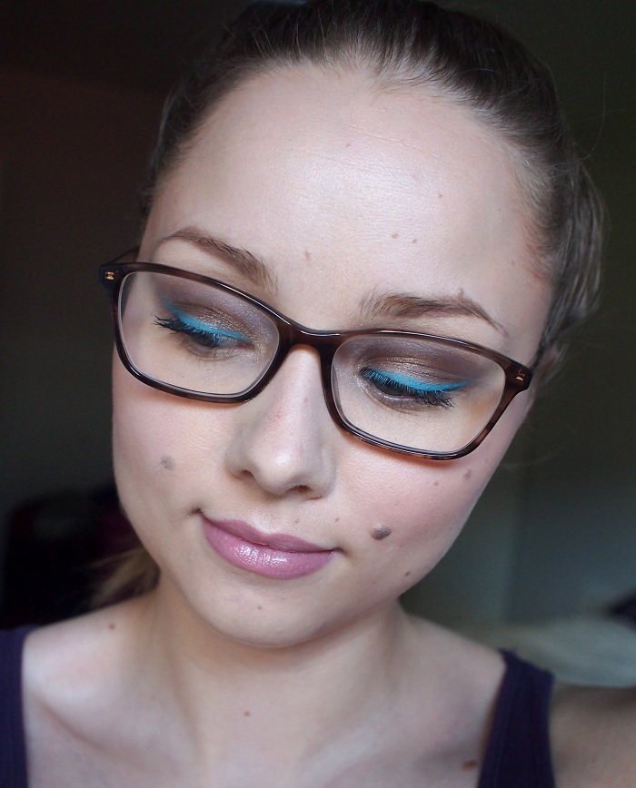 Värikäs meikki nelisilmälle